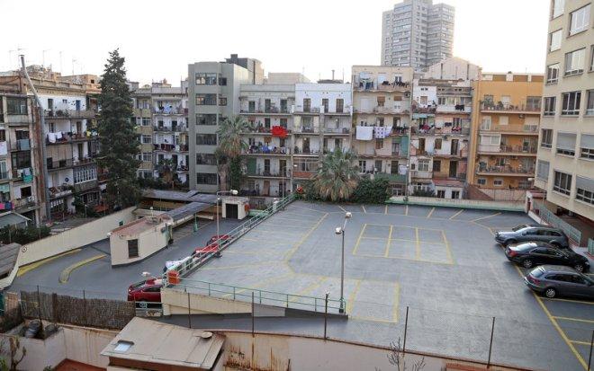 Barcelona. Eixample. Entrevista a veïns del carrer Aribau que viuen en una illa plena d'allotjaments turístics i tenen problemes de convivència.